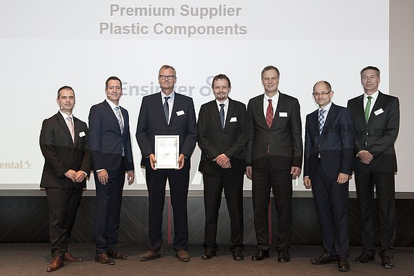 La cerimonia di premiazione a Francoforte: Reimar Olderog (Head of Injection Moulding Division, il terzo da sinistra) e German Baur (Head of Sales and Project Management, al centro) hanno ritirato il premio per Ensinger