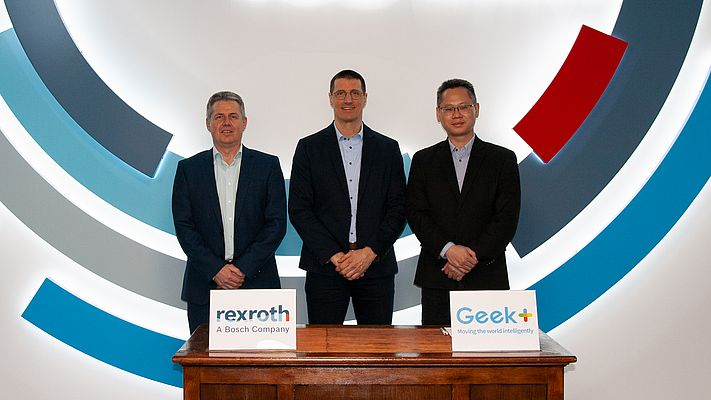 (v.l.): Jörg Heckel (Projektdirektor Intralogistics Robotics bei Bosch Rexroth), Thomas Fechner (Senior Vice President Product Area New Business at Bosch Rexroth) und Jackson Zhang (Vice President of Geek+ Europe) (Bildquelle: Bosch Rexroth AG)