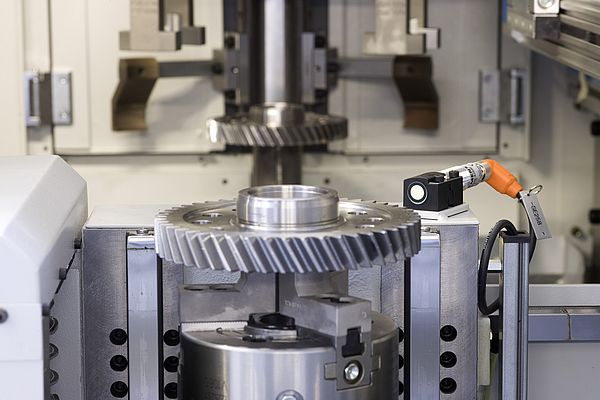 Before the machining cycle is enabled, the ultrasonic sensor SIMATIC PXS300 checks for the presence of the workpiece and its dimensions