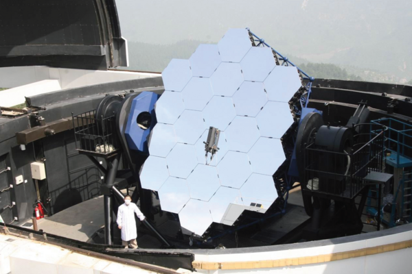 Reflector telescope uses custom eddy current sensors