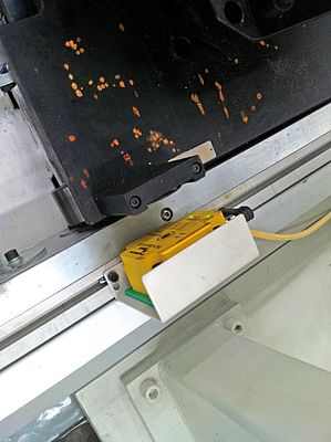 The RFID read/write head reads out the tag on the workpiece carrier in passing
