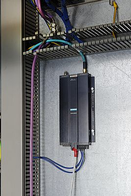The Access Point Scalance W784-1 supplies the industrial wireless LAN. The directional antenna on the container is responsible for data exchange with the antenna on the driver cabin at great heights.
