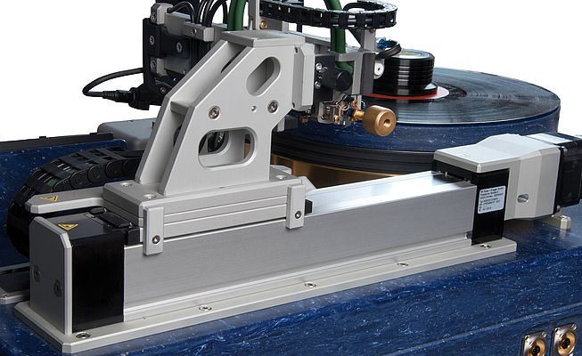 The custom linear guide for the gimbal-bearing tonearm is based on an RK Duoline 50.
