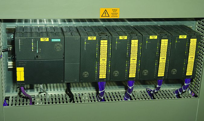 The Simatic S7-319F failsafe controller can be expanded on a modular basis using Simatic ET 200 distributed I/O systems.