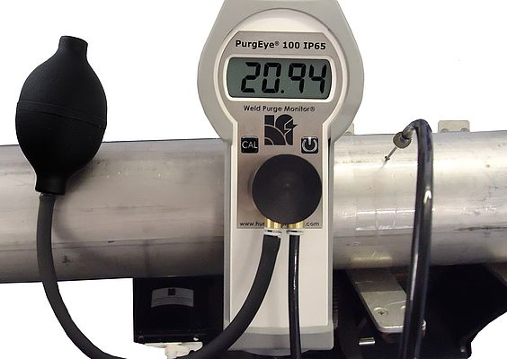 Measuring the oxygen level during welding stainless steel