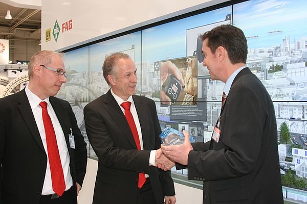 From left to right: Volker Erberich, Service Manager OEM, and Diethelm Schüller, Product Manager Condition Monitoring, FAG Industrial Services, and IEN Europe editor in chief Jürgen Wirtz