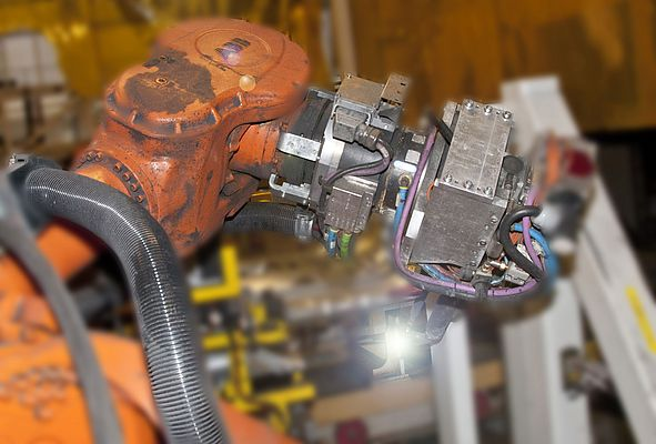 RSP swivel tool changer STC350SWP in operation with a spot welding gun for the wing.