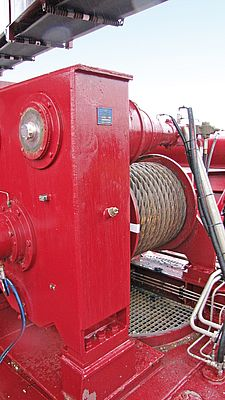 Three of these winches guide the suction pipe, at top left, an encoder detects the rotation of the shaft.