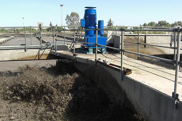 In the Tunis waste water treatment facility, the contents of eight pools are stirred by robust drive units.