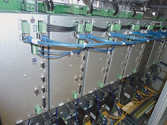 Digital drive amplifiers of the type SD2 control the motors of the presses