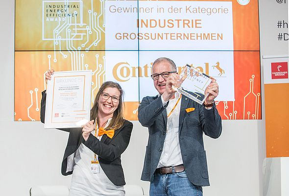 The delighted recipients: Anne Ochsendorf and Stefan Füllgraf from Continental accepted the Industrial Energy Efficiency Award for the Conti Thermo Protect insulation system. © Continental AG