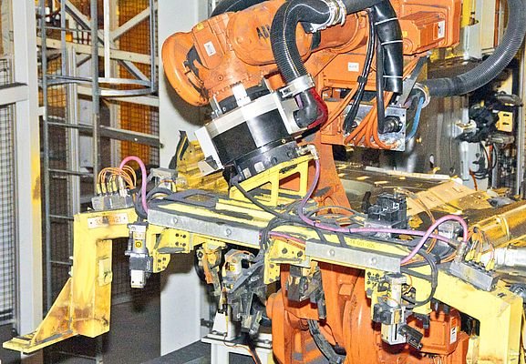 The RSP swivel tool changer STC350SWP is holding a gripper which feeds parts to the welding process, with the high precision.