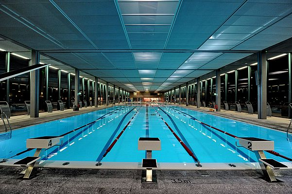 The operator can control and adapt the lighting for the indoor pool to match conditions and use of the pool. The non-glare, indirect lighting provides a pleasant atmosphere.