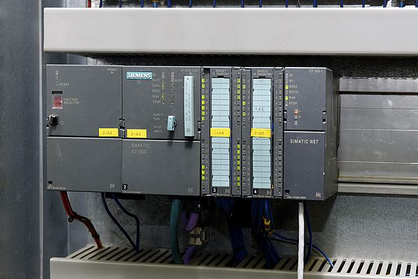 The Siemens PLC Simatic S7-300 with CPU 315-2 DP, which controls the crane, was - to the right of the PLC – enhanced by a Siemens CP343-1 communication processor which carries out data conversion on Profinet.