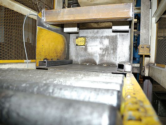 The read/write head at the feeding recognizes if the right batch is supplied to the blasting machine.