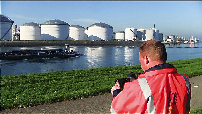 DCMR Environmental Protection Agency Rijnmond's technical manager Rob van Doorn demonstrates the use of the FLIR GF320 optical gas imaging camera.