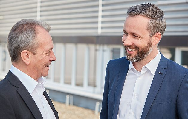 Bruno Ochs, former managing director and Stefan Theiler, the new managing director at SCHURTER