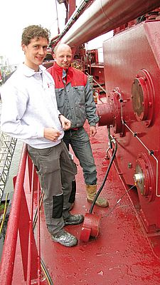 Sander Lensen and Dick de Vries (right) have removed the protective cover on the winch.