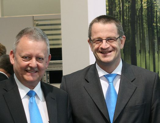 Dr. Martin U. Schefter (right), Business Unit Manager for Industrial Automation and managing director of Eaton Industries Holding GmbH, together with Karl-Heinz Arndt, the SmartWire-Darwin development manager in the Industrial Automation Business Unit at