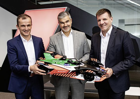 Matthias Zink, CEO Automotive OEM in Schaeffler, Dieter Gass, Head of Audi Motorsport, e Dr. Jochen Schröder, Head of E-Mobility Business Division in Schaeffler, hanno firmato l'accordo per proseguire la loro partnership in futuro