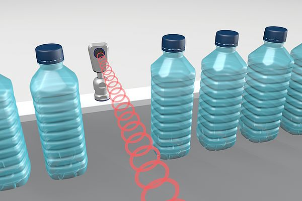 The pms ultrasonic sensor detects glass and PET bottles in scanning mode and stands up to the cleaning intervals of a bottle-filling system with the SKINTOP® HYGIENIC cable gland