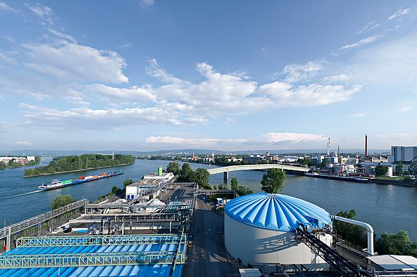 As part of the strategic development cooperation between SAMSON and InfraServ Wiesbaden, the two companies launched a joint pilot project to optimize the processes in the biological water treatment plant in the industrial park. ©InfraServ Wiesbaden
