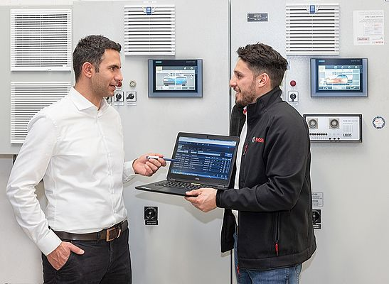 Orestis Almpanis-Lekkas from Octapharma and Karim Salem, Project Manager responsible for retrofittings at Bosch's Bischofshofen site, discuss the different menu levels of MEC Optimize.